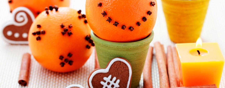 Необычные новогодние украшения: подать к столу свечу в апельсине!