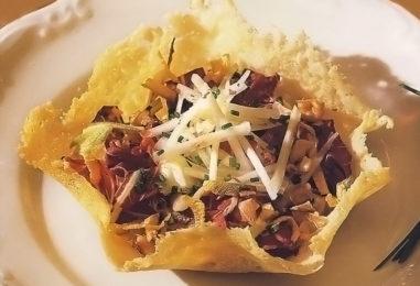 Сырные корзиночки с салатом: кружевная идея для фуршета