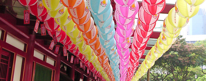 Подвесные китайские фонарики: самое быстрое украшение зала