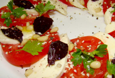 Моцарелла с помидорами: быстрый салат «Капрезе»