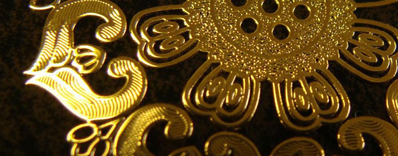 Подарки коллегам на Новый год: золотые наклейки для любимых вещей