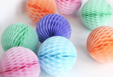 Украшаем праздник бумажными шарами-сотами: яркие идеи в картинках