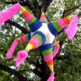 Пиньята: красочный финал праздника с игрушкой, битой и подарками