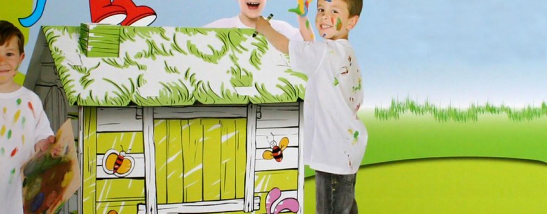Идея для игровой зоны в кафе: складные картонные домики-раскраски