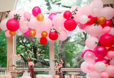Гирлянда-ручей из шаров, бумажных украшений и цветов