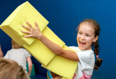 Поролоновое шоу на детском празднике: эффектная программа с ярким реквизитом